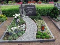 Bildergebnis für grabgestaltung Cemetery Decorations, Funeral Planning, Sympathy Flowers, Funeral Flowers, Outdoor Furniture Sets, Outdoor Decor, Site Design, Hedges, Flower Arrangements