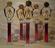 Trofeos para fútbol (u otro deporte, cambiando la alegoría superior), con columna roja, y base de mármol.