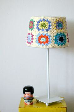 How to crochet an Owl Granny Square for baby blankets and other projects Lampe Crochet, Diy Tricot Crochet, Crochet Lampshade, Crochet Amigurumi, Crochet Granny, Lampshade Redo, Crochet Home Decor, Crochet Crafts, Yarn Crafts