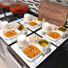 10 Thunfisch Avocado Salat F R Ideas Party Food Menu, Dinner Party Recipes, Dinner Menu, Dinner Table, Party Buffet, Decoration Birthday, Food Decoration, Table Decorations, Food Design
