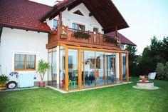 Wintergarten mit Balkon darüber - Mehr auf unserer Website erfahren! #Wintergarten #Glasschiebetüren #glass #sliding #doors #Sunflex