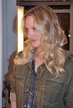 O cabelo da apresentadora Carla Lamarca ganhou ondas mais largas, em um estilo anos 70, mas com um glamour de diva.