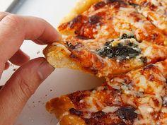 Lusta pizzatészta – tíz perc alatt. Mire kihozza a futár, játszva megsüthetünk két pizzát, arról ne beszéljünk, hogy a kereskedelmi árak töredékéért.