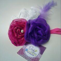Flores de tela, encaje, plumas y perlas de vidrio.