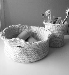Korit hammasharjoille ja tyhjille wc-paperirullille