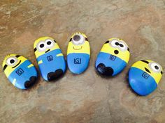 More Minion pet rocks Pebble Painting, Pebble Art, Stone Painting, Rock Painting Ideas Easy, Rock Painting Designs, Art Designs, Design Ideas, Minions, Stone Crafts
