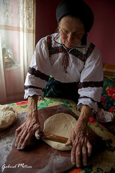 Bread from my country. Beautiful Hands, Beautiful Images, City People, Bucharest Romania, Wise Women, People Of The World, Eastern Europe, Image Photography, Old Photos