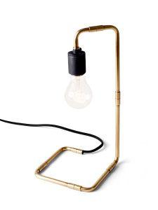 Reade lamp bordslampa, design Søren Rose. Med inspiration från 30-talet har denna lampa skapats i solida material. Lampan framhäver glödlampan på ett fantastiskt sätt. Välj mellan solid mässing eller svart pulverlackad. Levereras utan glödlampa. Lampfäste E27  Mått: höjd 34 cm, bredd 15 cm, djup 15 cm
