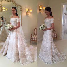 """Apaixonada por esse vestido de noiva assinado por @wanda_borges !  Essência clássica com toque contemporâneo! ❤️ Tem o """"antes e depois"""" de frente e de costas , com e sem a sobressaia para a cerimônia  #vestidodenoiva #weddingdress #noiva #bride #chic"""