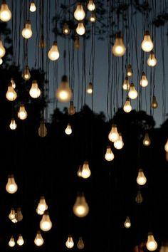 Heel sfeervol. Nabootsing van een sterrenhemel met lampjes. Wat zou ik hier graag zitten, gezellig met mensen waar ik om geef, genieten van de avond en van elkaar.