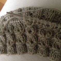 Ohje: valepalmikko | villasukkatehdas Lace Knitting, Knitting Socks, Knitting Stitches, Knitted Hats, Knit Crochet, Wool Socks, Yarn Crafts, Diy Clothes, Knitting Patterns