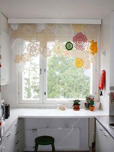 Ideas para decorar ventanas (o cómo hacer cortinas con pañuelos, tapetes, collares...) 3