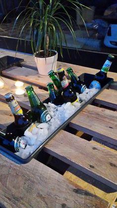 Paletten Tisch Terasse mit selbstgebautem Flaschenhalter... Könnten auch andere Flaschen sein :)