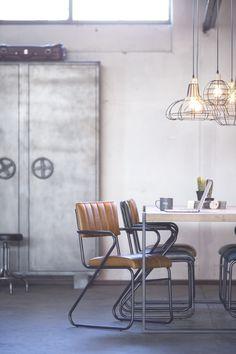 Deze vintage look eetkamerstoelen van Eleonora zijn een eye-catcher in je eetkamer. De stoel heeft een leren zitting en een industrieel metalen frame. How To Clean Metal, 3 Seater Sofa, Rocking Chair, Home Interior Design, Bar Stools, Lockers, Doors, Cabinet, Furniture