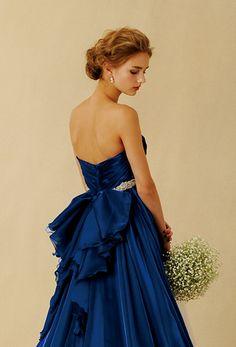 優美なロイヤルブルーの上質なカクテルサテンをドレス全面に使用した華やかで艶感のあるドレス。ファブリックの美しさを最大限に生かしたシンプルなデザインながら、ハートネックラインとハイウエスト位置に用いた高級感のあるビジューベルトで女性らしいエレガントさを印象づけました。