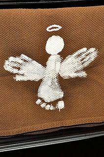 We did this when Paige was lil! feet and hands angel - so cute!     What a great idea for Christmas time as a gift for the kids to make. I usually do something with hands and/or feet to see how the kids grow - wonderful idea!