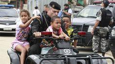 Crianças durante a ocupação do Complexo de Manguinhos, no Rio de Janeiro
