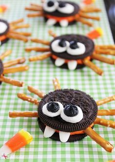 Adorable Oreo cookie spiders are a perfect Halloween food craft treat idea to make with kids! Adorable cookie spiders made with Halloween Oreo sandwich cookies, pretzel sticks, marshmallows and candy corn. An easy food craft for kids. Halloween Cupcakes, Dessert Halloween, Halloween Oreos, Halloween Baking, Halloween Fun, Halloween Parties, Halloween Appetizers, Halloween Meals, Halloween Biscuits