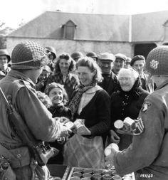 Soldats de la 101e donnent la nourriture aux civils hollandais