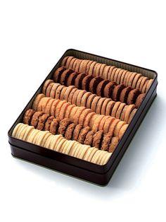 缶入りクッキー詰め合わせ: フランス風瓦葺きの一軒家の中に色とりどりのケーキが並ぶ「ドゥブルベ・ボレロ」は、まるで南仏にいるかのような優雅な気持ちにさせてくれる、滋賀県守山 市のパティスリー。