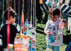 Uma brincadeira sensorial é uma atividade lúdica na qual a criança, além de se divertir, também está estimulando seus diferentes sentidos.