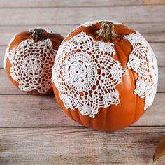 #DIY Dainty Doily Pumpkins from @ILoveto Create