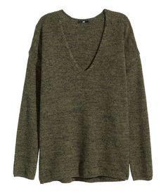 CONSCIOUS. Strikket trøje med V-udskæring i blød bomuldsblanding. Den har lange ærmer og lidt længere bagstykke. Bomulden i trøjen er genvundet.179kr   H&M DK