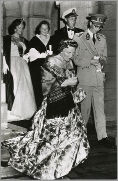 Het koninklijk gezelschap verlaat het paleis op de Dam op weg naar de Amsterdamse stadsschouwburg voor een galavoorstelling ter ere van koning Boudewijn