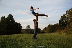 Perfect engagement picture! This couple recreated the lift from Dirty Dancing during their #engagement photo shoot! #weddingphotography #dirtydancing