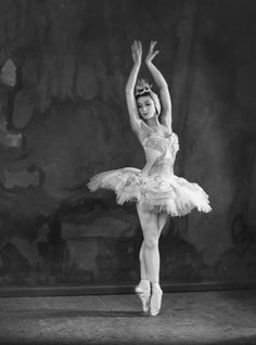 The blog said it is Margot Fonteyn with The Royal Ballet In fact this is Tamara Rojo, Spanish ballet dancer. Description from pinterest.com. I searched for this on bing.com/images