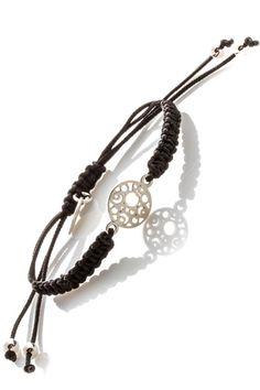 Czarna bransoletka pleciona splotem makramowym połączona piękną, srebrną rozetką. :)