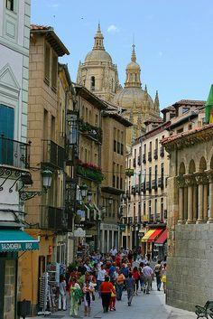 Calle de Segovia , al fondo la Catedral. ( España ).