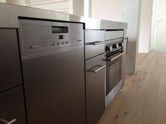 食洗機はMiele。操作面部分もステンレスで統一。