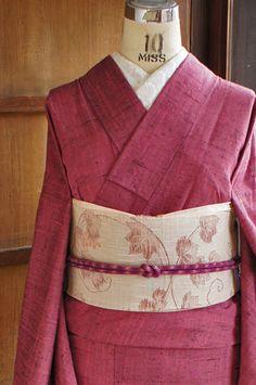山葡萄のような紫色をおびたこくのある深い紅色も美しい正絹紬の単着物です。