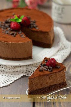 Torta mousse al cioccolato, un dolce fresco e veloce . Pan di spagna al cacao con ripieno di mousse al cioccolato senza uova. Ricetta infallibile e facile.
