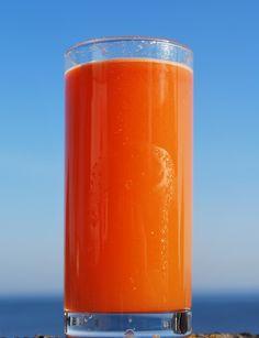 En meget let og meget sund detox saft! Ingredienser: 8 gulerødder 3 æbler 1 stort stykke ingefær Fremgansmåde: Fyr det hele i saftpresseren.