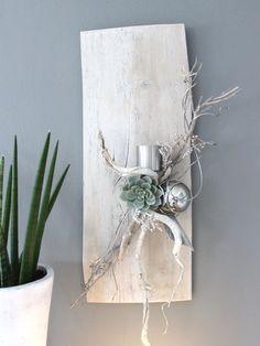 WD61 – Exclusive Wanddeko aus altem Holz! Altes Holzbrett, aufgearbeitet und gebeizt, dekoriert mit natürlichen Materialien, einer künstlichen Sukkulente, Teelichhalter aus Edelstahl und einer Edelstahlkugel! Preis 74,90€