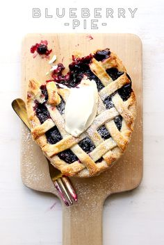 The ultimate classic Blueberry Pie recipe. Do NOT forget the vanilla ice cream! | The Sugar Hit