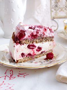Mohn-Baiser-Kuchen mit Kirschen
