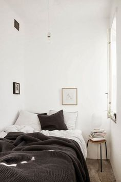 Very small bedroom painted white. The simplicity of the colour scheme gives the room a relaxing atmosphere. Bright colours in such a small space will make it feel crowded. How cosy does that bed look? Design Scandinavian, Scandinavian Apartment, Scandinavian Bedroom, Cozy Bedroom, Bedroom Decor, Bedroom Ideas, Bedroom Bed, Winter Bedroom, Bedroom Small
