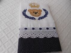 Fraldinha de ombro bordada com brasão e pode ser com o nome também. <br>Acabamento em tecido 100%algodao,Laise e passa fita.