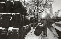 Winter in Utrecht | Oudegracht 1966 | Lossen van vaten op de werf tussen Hamburgerbrug en Weesbrug. Wat zit er in...?
