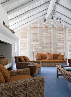 Casa de praia em Portugal - rústico-chic - sala com sofá e poltronas de cordas ( Projeto: Vera Iachia )