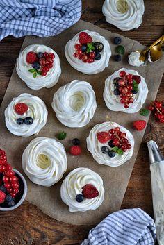 pysznie czy przepysznie: Mini pavlova z kremem śmietanowym i owocami Mini Pavlova, Gelatin Recipes, Cupcake Cakes, Cupcakes, Holiday Cakes, Easter Recipes, Nutella, I Foods, Food And Drink