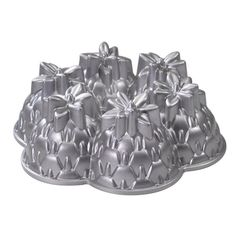 Nordic Ware Limited Edition Platinum Bakeware Aloha Bundt Pan - I was lucky enough to get my hands on one of these the other day. Bundt Cake Pan, Cake Pans, Bundt Pans, Nordic Ware Bundt Pan, Baking Gadgets, Kitchen Gadgets, Vegan Lunch Box, Chicago Metallic, Cake Decorating Tips