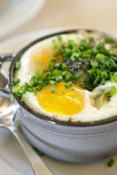 PAASRECEPT – EIERSTOOFPOTJES MET GROENTEN ● Met Pasen moét je natuurlijk traditioneel iets met eieren eten. Wat dacht je van een gezond eierstoofpotje met groenten?  Een heerlijk, makkelijk en origineel ovengerechtje…  Recept >> http://hallosunny.blogspot.nl/2016/03/eierstoofpotjes-met-groenten.html