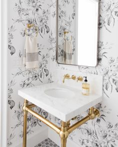 25 Wallpapered Bathrooms That Will Make You Want to Redecorate - Living After Midnite