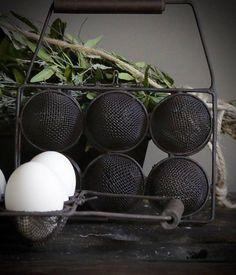 Eiermandje van draadijzer met houten handvat
