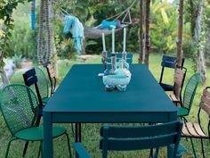 Des chaises dépareillées autour de la table de jardin Swimming Pool Designs, Swimming Pools, Decoration Entree, Outdoor Tables, Outdoor Decor, Shops, Dining Table, Table Decorations, Diy Lampe