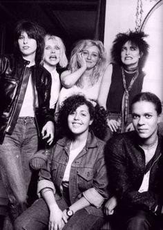 Fotografia de Michael Putland reuniu as mulheres do rock e do punk em 1980: Chrissie Hynde (The Pretenders), Deborah Harry (Blondie), Viv Albertine (The Slits), Siouxsie Sioux (Siouxsie & the Banshees), Poly Styrene (X-Ray Spex), Pauline Black (The Selector).  Veja mais em: http://semioticas1.blogspot.com.br/2013/07/punk-de-grife.html